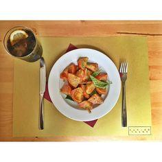 Comparte tus momentos #condeduquegente con nosotros. @fileterusomadrid  Verde que te quiero verde!!! Ensalada de tomate al pesto y albahaca  #condeduquegente #fileterusomadrid #fileteruso by condeduquegente