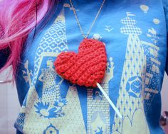 Sparkly Heart Lollipop Necklace - quick Valentine's Day crochet pattern. free. Twinkie chan. diy.