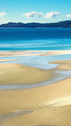 Pure white sand and crystal clear water on the famous Whitehaven Beach, Whitsunday Islands, Australia.