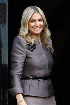 Te presentamos los mejores estilismos de Máxima de Holanda, la 'royal' más 'it'.   Máxima de Holanda, muy elegante con un traje gris piedra