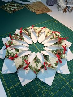 Resultado de imagen para fold n stitch wreath tutorial Christmas Sewing, Noel Christmas, Christmas Fabric, All Things Christmas, Christmas Wreaths, Christmas Decorations, Christmas Ornaments, Poinsettia, Christmas Projects