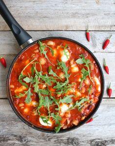 Du trenger, 2-3 porsjoner 2 bokser brune bønner (ca. 420 g, skylt og avrent) 2 gulerøtter 200 g sjampinjong, ½ rødløk, hakka ½ rød chili, finhakka 3 fedd kvitløk, finhakka 1 boks hakkede tomater 2 ss tomatpurê ½ boks kokosmelk 1 mozzarella (125 g) salt, pepper og en klype sukrin/sukker litt olje Veggie Dishes, Mozzarella, Tapas, Nom Nom, Curry, Food And Drink, Vegetarian, Vegetables, Vegan