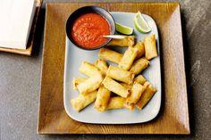 Easy: de miniloempia's koop je kant-en-klaar. Het oranje sausje van paprika, limoen, knoflook, sambal en gembersiroop maak je zelf - Recept - Allerhande
