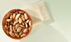 """""""A castanha do Brasil, que também é conhecida como castanha do Pará, é rica em selênio, um nutriente super antioxidante e que ajuda a combater o envelhecimento celular, além de ser amiga do coração, e prevenir doenças cardíacas! Mas tem que ficar ligado, pois o consumo em excesso não é bom pra saúde!2 castanhas do Brasil são suficientes pra você repor sua necessidade de selênio diária! Uma boa dica, né?"""""""