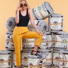 Un joli pouf dollars en forme de liasse géante de billets de 100 dollars ! S'asseoir sur le pouf dollars, ça a un côté Picsou jouissif et plutôt fun. #deco #dollars #pouf #billet #monnaie