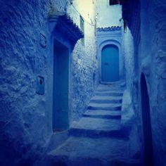 """En Chefchaouen, Marruecos.  Fotografiando sin respiro como poseída, recorro la medida (ciudad antigua). La llaman """"La Medina azul"""". Todo aquí está pintado con una mezcla de cal y tintura añil..."""