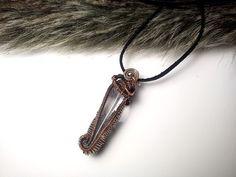 Aký kameň si vybrať, význam minerálov, kamene, drôtený medený šperk, medený patinovaný prívesok s kameňom, prívesok s minerálom, tepaný drôtikovaný náhrdelník s kameňom, krištáľ.