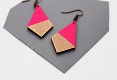 Geometric wooden earrings - neon pink, natural wood and gold - minimalist…