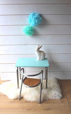 Petit bureau d'école maternelle et sa chaise Hitier.