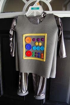 Play: DIY Toddler Robot Costume from PlayEatGrow.com
