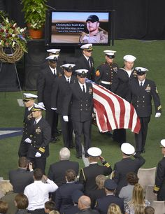 Members of the military carry the casket of Chris Kyle.the officers acknowledged Chris Kyle In his funeral. American Pride, American History, Gi Joe, Roi George, Us Navy Seals, My Champion, Fallen Heroes, American Soldiers, American Veterans