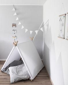 Great LACK Regale von Ikea werden zum Highlight wenn man sie mit einer Kleiderstange aus Naturholz best ckt Hellgrau ist eine wundersch ne Zimmerfarb u