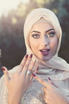 Love it Glamorous - Pemuja Wanita Beautiful Muslim Women, Beautiful Girl Image, Beautiful Hijab, Beautiful Eyes, Hijabi Girl, Girl Hijab, Arab Girls, Muslim Girls, Muslim Women Fashion