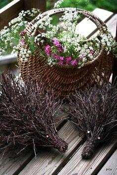 Ajattelin laittaa ohjeen risusiilin tekoon. Kerran risulintuja tehdessäni visioin omanlaiseni risusiilin. Siilin runko tehdään samaan tapaan... Garden Crafts, Garden Art, Birch Branches, Nature Crafts, Diy Projects To Try, Natural Materials, Grapevine Wreath, Grape Vines, Flower Arrangements