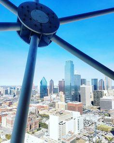 Great view of Downtown #Dallas from @reuniontower.  Tykkään aina uusissa kaupungeissa kivuta mahdollisimman korkealle maisemaa tutkailemaan. Sillä tavalla saa kunnon käsityksen ympäristöstään. Entäs sä? Mitkä on parhaat näköalapaikat jotka olet löytänyt? (via Instagram)