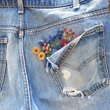 Embroidery On Clothes, Cute Embroidery, Embroidered Clothes, Hand Embroidery Designs, Embroidery Stitches, Diy Embroidered Jeans, Jeans With Embroidery, Diy Embroidery Thread, Diy Embroidery Shirt