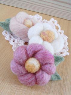 ミニサイズピンクッション★羊毛は針先にいいらしいですよ♪ぷっくりコロンとしたお花のコサージュ。作り方が行き当たりばったりなので(笑)形もそれぞれ違います(...