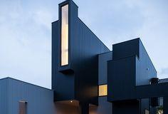Nous devons cette habitation au studio japonais FORM / Kouichi Kimura Architects. Cette construction est un ensemble de modules rectangulaires qui s'imbriquent pour créer un dessin géométrique contemporain. Le client voulait une maison ouverte tout en préservant son intimité. Un jeu d'ouvertures et de fenêtres a été créé pour profiter au maximum de la lumière naturelle et de la vue. L'intérieur est traité de façon minimaliste mélangeant les matières comme le béton brut et le bois.