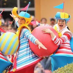 画像に含まれている可能性があるもの:2人 Disney Cast, Famous Singers, Princess Peach, Costumes, Character, Fashion Plates, Carnival, Dressing Rooms, Universe