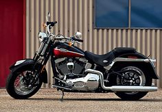 2005 TheFLSTSC/I Softail Springer Classic revives looks from the late 1940s. Harley Davidson History, Harley Davidson Sportster, Harley Davidson Bikes, Sportster Motorcycle, Motorcycles, Air Ride, New Market, Old School, Classic