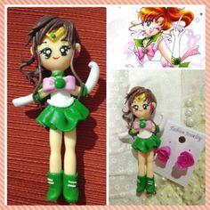 Sailor Júpiter em biscuit + brinde brincos de rosa! Também acompanha um suporte pra deixá-la em pé. Tamanho da peça: +- 8cm.