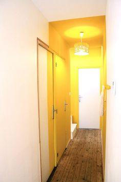 Un couleur zoning pour casser la longueur d'un couloir en y apportant de la gaité ! Attention aux choix de la couleur pour ne pas faire l'effet inverse ;)