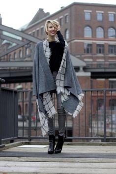 Kombiniert zum Strick-Cape trägt Leonie von ohhcouture unsere Schnürstiefelette Emily. #poilei #bloggerstyle #fashion