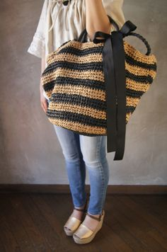This Pin was discovered by Nag Crochet Star Stitch, Crochet Cross, Diy Bag Designs, Crochet Handbags, Crochet Bags, Diy Crafts Crochet, Crochet Shoulder Bags, Jute Bags, Leather Bags Handmade