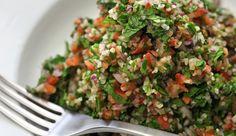 Tabouleh (ook tabbouleh of tabouli genoemd) is voor het Midden-Oosten wat rucolasalade voor de Italianen is. Je hebt er… Quinoa Tabouleh, Mezze, Salad Recipes, Healthy Recipes, Sports Food, Salad Bar, Fried Rice, Great Recipes, Ideas