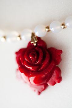 Colar de Pedras Jade Vermelhas e Agata Brancas com Pingente de Flor