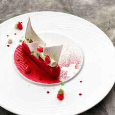 Meringue, raspberries, flower of elder , double creamed gruyere. Pastry School, Plate Presentation, Cooking Dried Beans, Cooking With Coconut Oil, Cute Desserts, Savoury Dishes, Plated Desserts, Food Design, Food Plating
