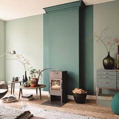 Il dettaglio è sempre importante: per far risaltare una stufa in pellet all'interno di un soggiorno stile nordico, la parete in parte colorata da un intenso azzurro polvere/carta da zucchero è l'ideale.