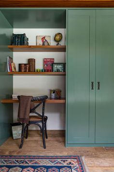 Decoração de casa de campo com madeira. No escritório mesa de madeira, adornos, livros, cantinho de leitura, canto de estudos.