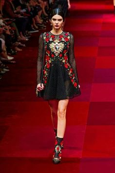 c127ddb3c2cd Kendall Jenner struts her stuff on the catwalk for the Dolce   Gabbana  fashion show during the spring summer 2015 collection at Milan Fashion Week  in Italy ...