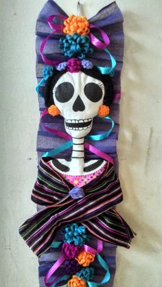 Beauty Catrina deco for the door in The day of The dead tradition. Adornos Halloween, Fall Halloween, Halloween Crafts, Happy Halloween, Halloween Decorations, Day Of The Dead Skull, Maquillage Halloween, Creepy Dolls, Mexican Folk Art