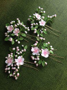 Hair U - pin polymer clay flowers. Handmade Flowers, Diy Flowers, Flowers In Hair, Paper Flowers, Polymer Clay Flowers, Polymer Clay Crafts, Gum Paste Flowers, Ideias Diy, Floral Headpiece