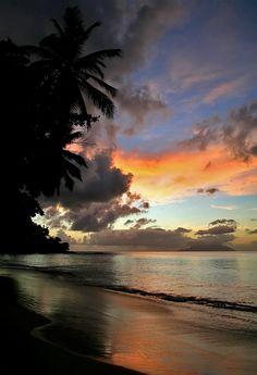 Природа- безмятежность,закат, краски неба, вдохновение,шум прибоя, закапывание ступней в песок,