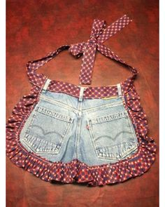 Old jeans repurposed - just add a little fabric for a ruffle and tie. (repurpose clothing refashioning old jeans) Jean Crafts, Denim Crafts, Jean Apron, Blog Couture, Denim Ideas, Sewing Aprons, Sewing Jeans, Diy Jeans, Fabric Sewing
