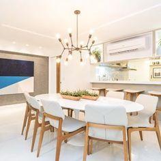Que tal almoçar em um lugar lindo e confortável assim?! Para esse cliente personalizamos a planta do apartamento de acordo com os desejos e usos dele, para isso integramos a sala à cozinha e criamos um espaço sofisticado e amplo para desfrutar e receber os amigos.
