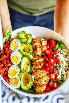 Quick and easy meals Quick and easy meals are the way to our hearts! Check out these 20 easy lunch recipes you can make in 5 minutes (or less!) including this Chicken Cobb Salad recipe. Lunch Recipes, Healthy Dinner Recipes, Salad Recipes, Delicious Recipes, Healthy Snacks For Weightloss, Clean Eating, Healthy Eating, Cobb Salad, Big Salad