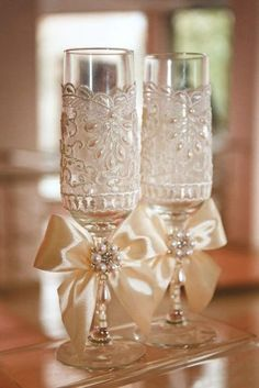 Party decor: + Tips for golden wedding party ⋆ Facing The Sea Wedding Wine Glasses, Wedding Champagne Flutes, Champagne Glasses, Decorated Wine Glasses, Painted Wine Glasses, Wedding Crafts, Wedding Decorations, Toasting Flutes, Wedding Accessories
