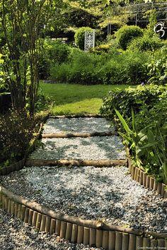 D coration jardin avec gramin es d ornement arbres et for Escalier en rondin interieur