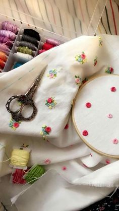 48 Ideas embroidery techniques fashion ideas for 2019 Floral Embroidery Patterns, Hand Embroidery Videos, Hand Embroidery Flowers, Hand Work Embroidery, Hand Embroidery Stitches, Embroidery Hoop Art, Hand Embroidery Designs, Embroidery Techniques, Beaded Embroidery
