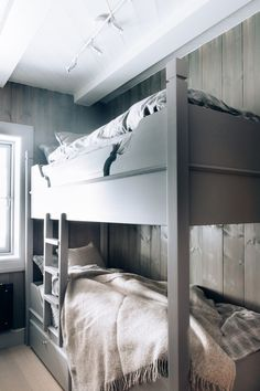 Smarte oppbevaringsskuffer under alle køyesengene. Bunk Rooms, Bunk Beds, Bedrooms, Kitchen Interior, Interior Design Living Room, Bedroom Bed, Bedroom Decor, Mountain Cottage, White Furniture