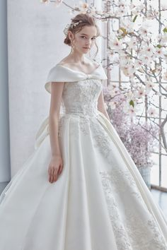60 Stunning Wedding Dresses Ideas For You Hi lovely brides-to-be! Haven't decide the final look of your wedding dress for your big day? Stunning Wedding Dresses, Classic Wedding Dress, Modest Wedding Dresses, Perfect Wedding Dress, Bridal Dresses, Beautiful Dresses, Wedding Gowns, Wedding Hair, Bridal Fashion Week