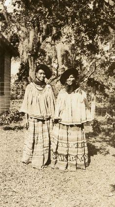 Unidentified Seminole Black women in Estero, Florida, February 1939 Native American Photos, Native American Tribes, Native American History, Native Americans, American Gods, Seminole Indians, Black Indians, First Nations, Black History