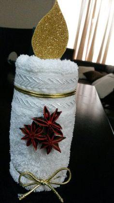 Una linda vela navideña echa con toalla facial para darle al baño un toque de fragancia con anís de estrella, facil de hacer y bastante economica