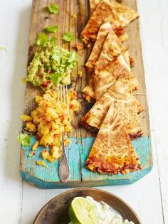 Jamie Oliver: Ultimate (Vegetarian) Quesadilla-- and this baby is really loaded! Mexican Food Recipes, Vegetarian Recipes, Cooking Recipes, Vegetarian Mexican, Healthy Recipes, Good Food, Yummy Food, Tasty, Gula