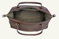 Weekender Style XL von RheinRausch - Diese außergewöhnliche Reisetasche von RheinRausch trägt durch das klassische Design der 60er Jahre ein Hauch von Ruhm und Weltflair mit sich.  Sie ist aus langlebigen Rindsleder gearbeitet und großzügig ausgestattet. Weekender - Lederreisetaschen - Kuriertaschen - Botentaschen - Männertaschen - Ledermännertaschen- braune Reisetaschen - Modstaschen - 60T's Taschen - RheinRausch - lässig & authentisch