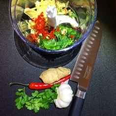 Stekt skrei i smakfull urtemarinade – Snikgjest Chili, Chicken, Meat, Ethnic Recipes, Food, Cilantro, Chili Powder, Chilis, Essen